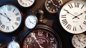 Uhren verschiedener Art und Größe