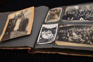 Altes Fotoalbum mit schwarzweißen Familienfotos