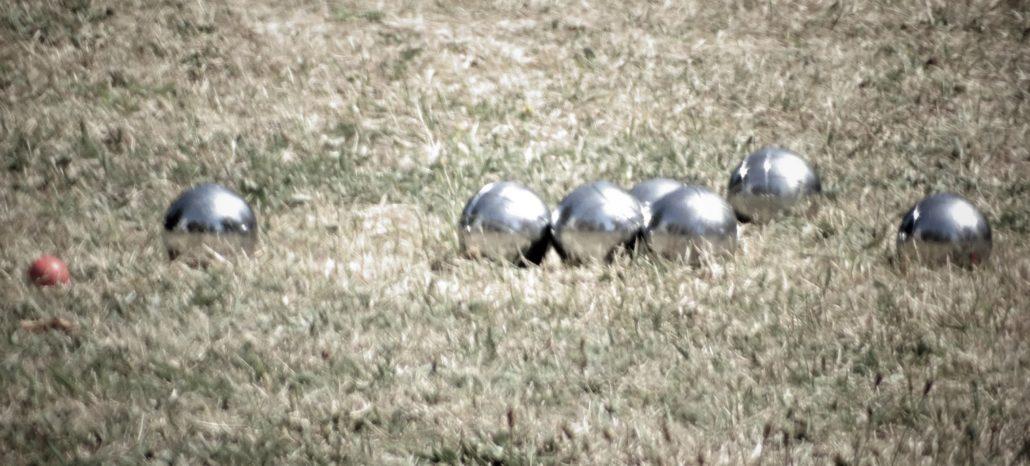 Boule-Kugeln auf Wiese