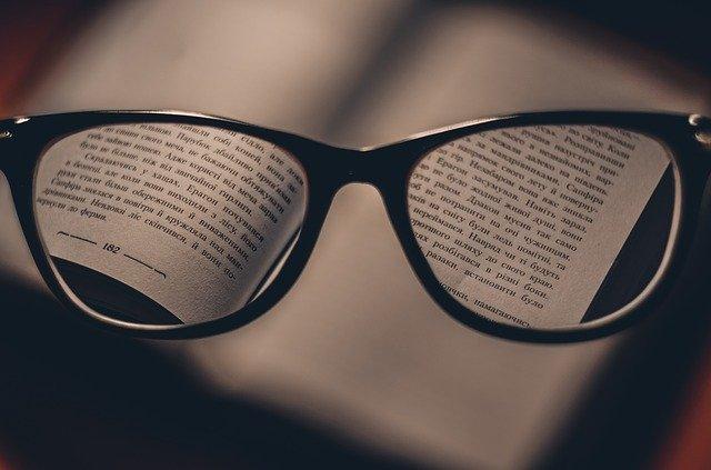 Brille auf Buch - Lesungen